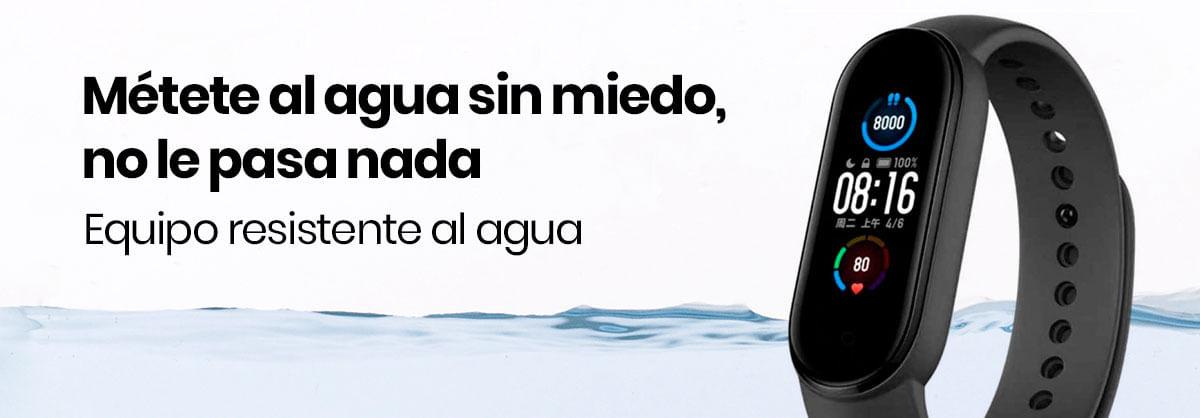 La Xiaomi Mi Band 5 es resistente al agua y sumergible hasta 50 metros, por si te quieres lanzar unos chapuzones dignos de las olimpiadas